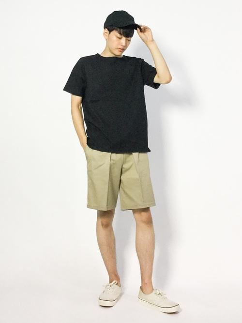 黒Tシャツを選ぶときは明るい色のズボンを着用するのがおすすめです!