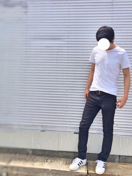 タイト目なズボンと無地Tシャツを組み合わせることでスマートなシルエットに!