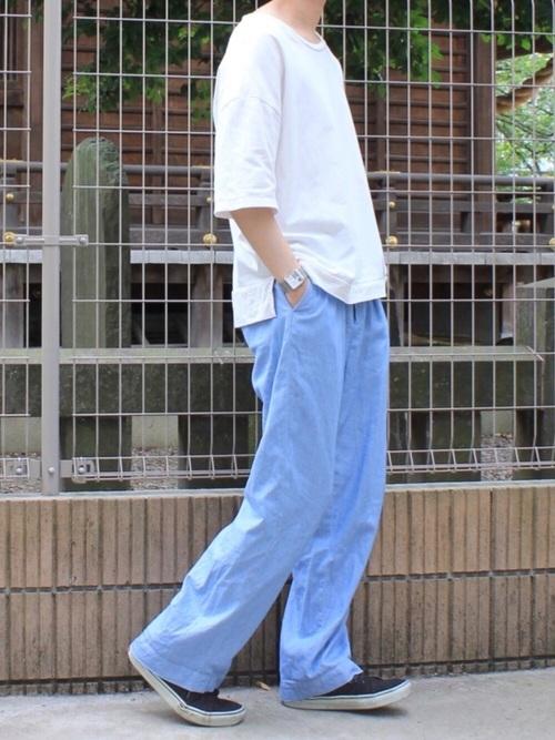 大きめのTシャツとズボンの組み合わせでラフなイメージを主張できます!