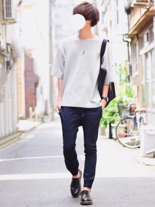 夏といったらジョガーパンツの王道コーデ! 単純にTシャツのトップスと合わせてシンプルにキメよう!