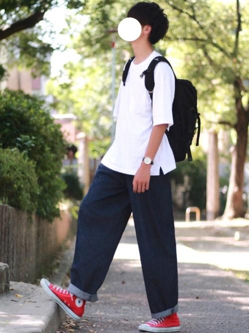 デニムタイプのワイドパンツで普段とはちょっと違う雰囲気を演出! 基本的にワイドパンツを履く人も生地感でコーデの幅を広げてみるのもいいかも知れません!