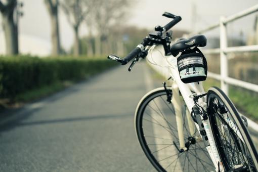 サコッシュとは? そもそもの語源はフランスの自転車競技用のバッグ!